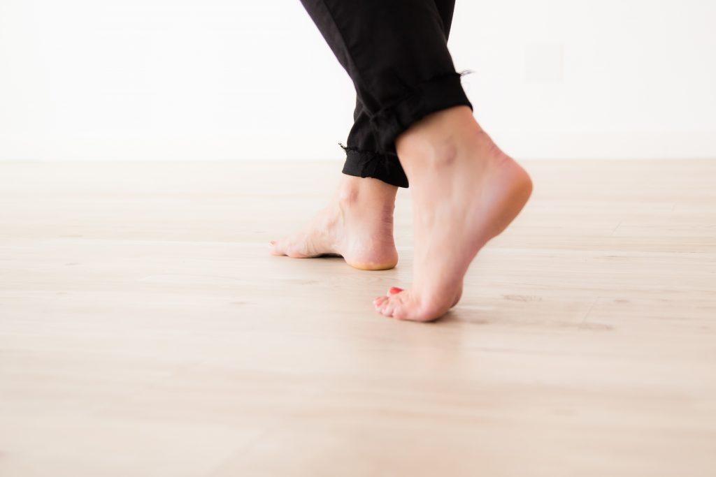 Camminare scalzi sul parquet