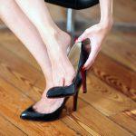 I tacchi sono i peggiori nemici del parquet, donna su parquet si toglie scarpa col tacco a spillo