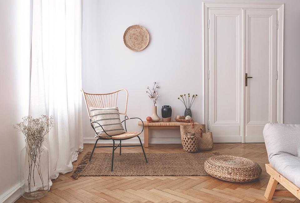 """Parquet e tappeti per creare delle """"isole"""": arredamento interni, angolo con pavimento in parquet e tappeto"""