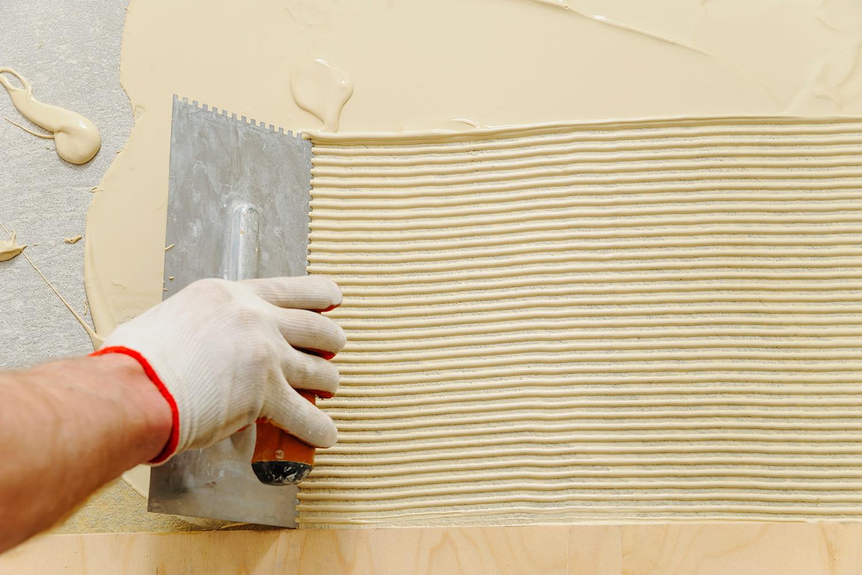 Colla per parquet: la fase di stesura dell'adesivo